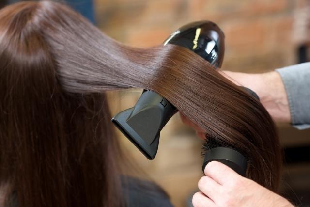 髪が突然細くなる原因は!?女性の髪質変化の改善・対策方法