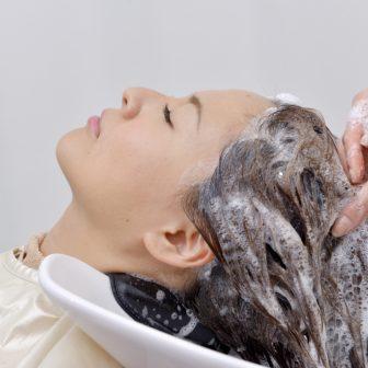 女性の洗髪頻度はどのくらいがベスト?抜け毛予防のためのシャンプー方法